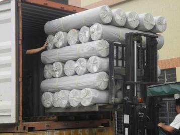 Guillén Ferrero, S.L. distribuyendo una gran cantidad de tejidos diariamente. Un gran stock es lo que nos permite llegar a numerosos mercados.